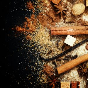 Tuoksuöljy Jouluiset Mausteet käyttämällä voidaan hajustaa esim. kynttilöitä, parfyymeitä.